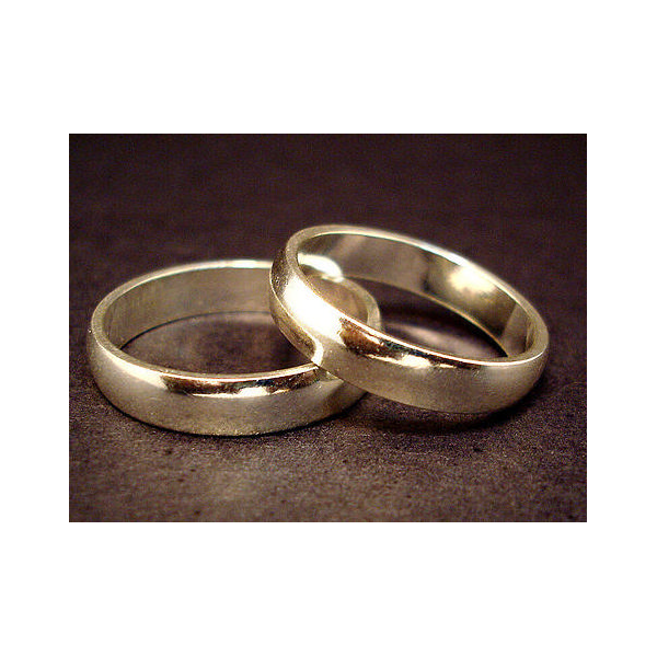 A pair of wedding rings (Jeff Belmonte. Licensed as Creative Commons Attribution 2.0.)