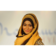 Model wearing a hijab at Muslim In Style Fashion Show (By Firdaus Latif (Moslema in style Uploaded by russavia) [CC BY-SA 2.0 (http://creativecommons.org/licenses/by-sa/2.0)], via Wikimedia Commons)